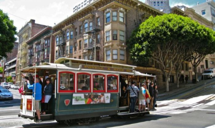 Cable car on way to Fisherman's Wharf