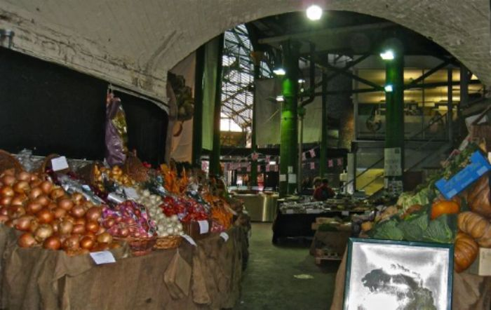 Green pillars upholding Borough Market ...