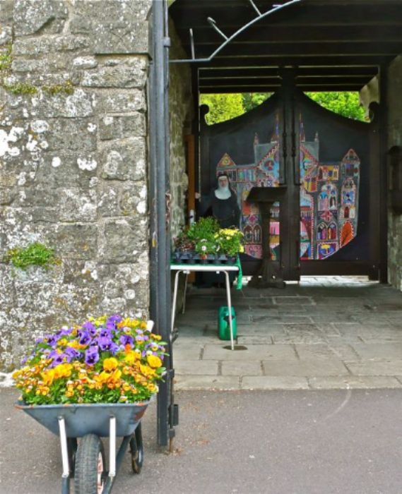 Shaftesbury - entry to the abbey gardens ...