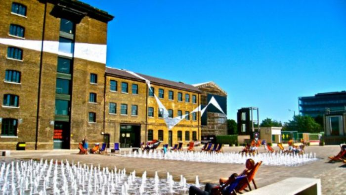 Deckchairs and fountains in Granary Square