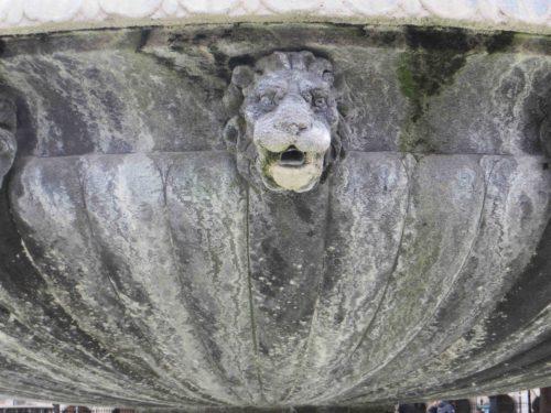 Lion guarding fountain - Place des Vosges